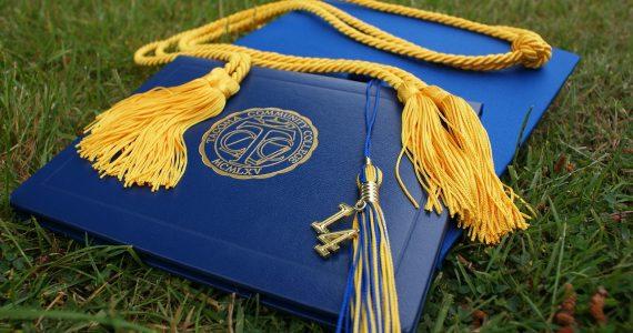 un chapeau lors d'une remise des diplomes MBA