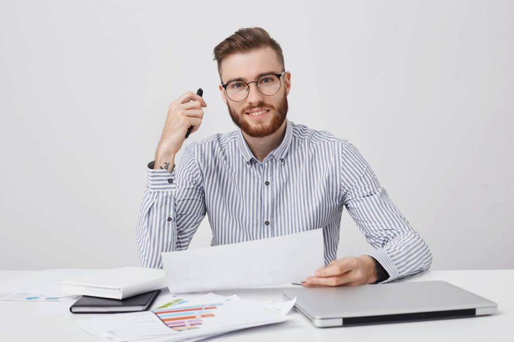 étudiant avec ordinateur